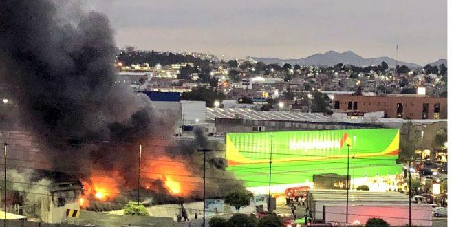 Bodega de juguetes arde en Naucalpan