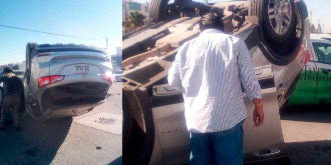 Vuelca camioneta tras chocar contra un taxi en Pachuca