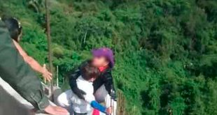 Captan momento en que mujer se lanzó de un puente con su hijo en brazos