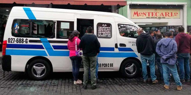 Urvan del transporte público atropelló a mujer y su hijo en el centro de Pachuca
