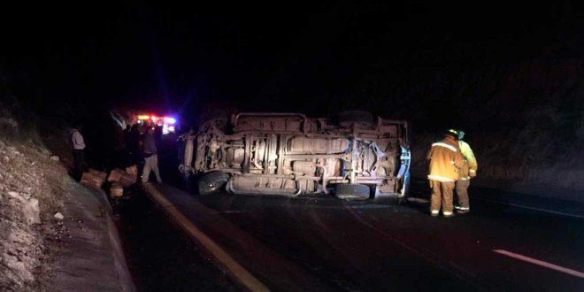 Vuelca camioneta tras choque en Ixmiquilpan