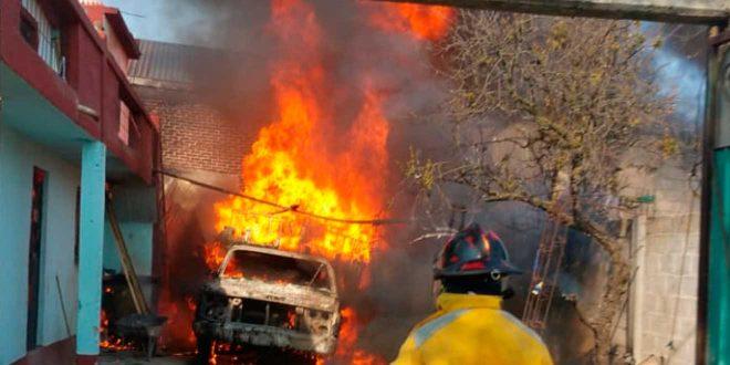 Por bidones con gasolina se incendia camioneta en Cuautepec