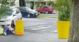 Atropelló y luego apuñaló a su esposa (VIDEO)