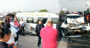 Choca urvan de transporte público vs auto en la Pachuca-Sahagún