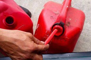 Sorprenden a servidor público de Tula ordeñando un tractocamión para llevarse la gasolina