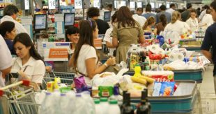 Autoservicio aún empaca artículos en bolsas plásticas